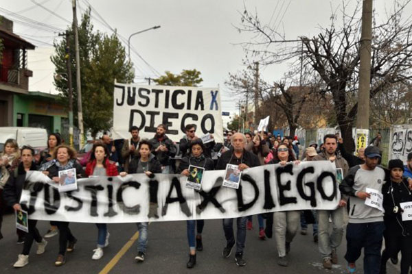 Piden secuestrar las armas de todos los policías implicados en el crimen de Diego Cagliero