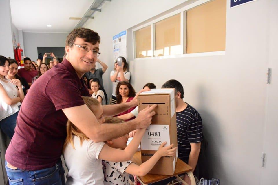 Lucas Ghi votando con sus hijos