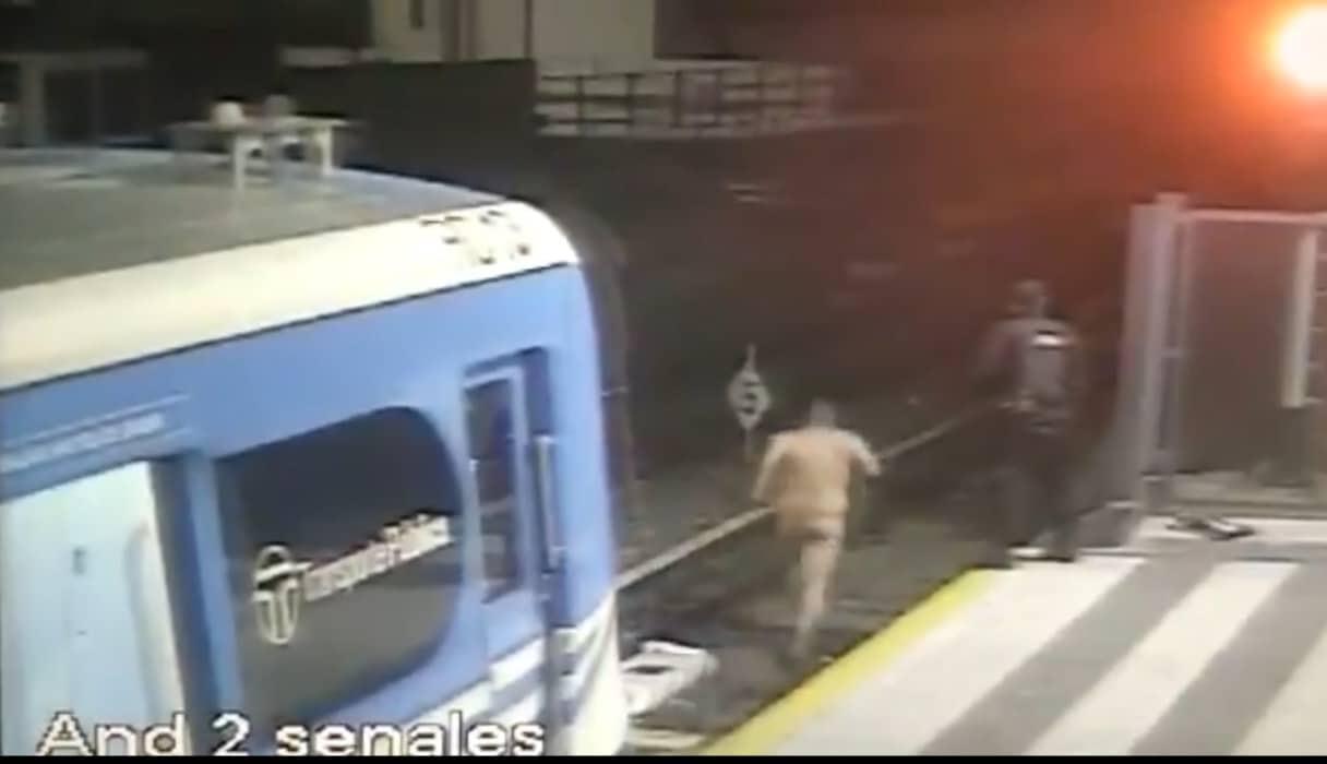 VIDEO: bajó desnudo del Tren Sarmiento y escapó corriendo por las vías