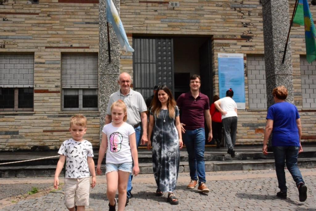 Lucas Ghi y su familia, tras votar en El Emaús de El Palomar.