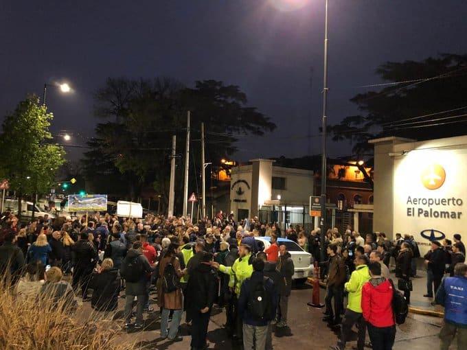 El Palomar: protesta frente al aeropuerto contra la restricción de vuelos nocturnos