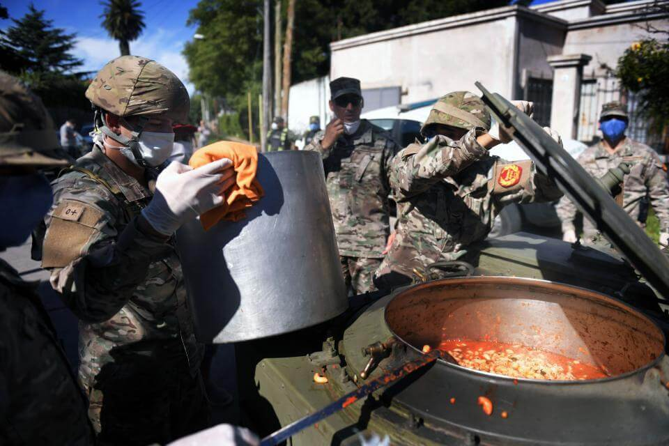El Ejército suma una cocina en Puerta de Hierro a la red alimentaria para evitar desbordes en La Matanza