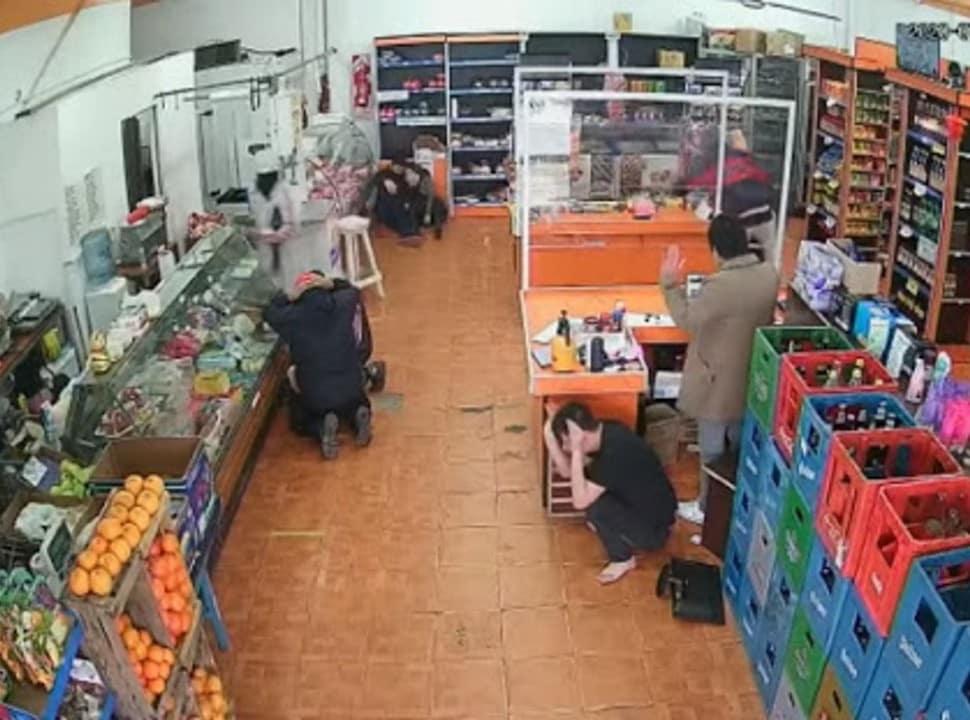 VIDEO | Tres de Febrero: roban un super chino con ametralladoras y se tirotean con la policía