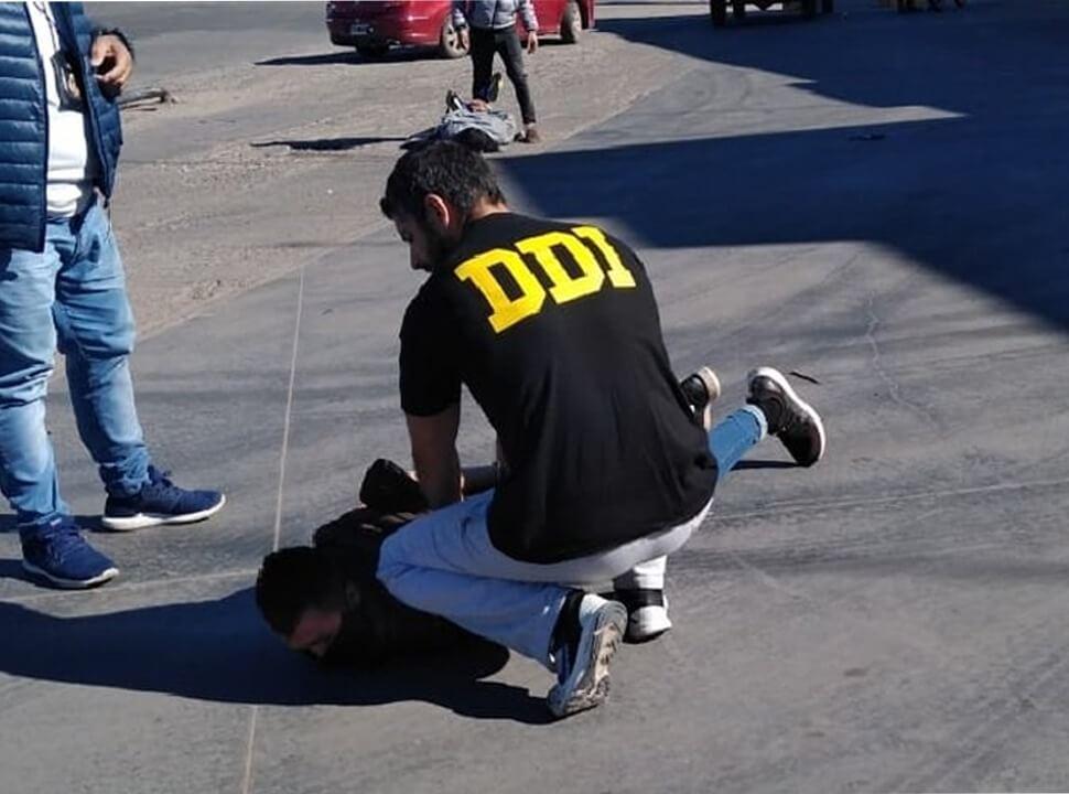 Detienen a dos hermanos acusados de vender armas por redes sociales en Moreno