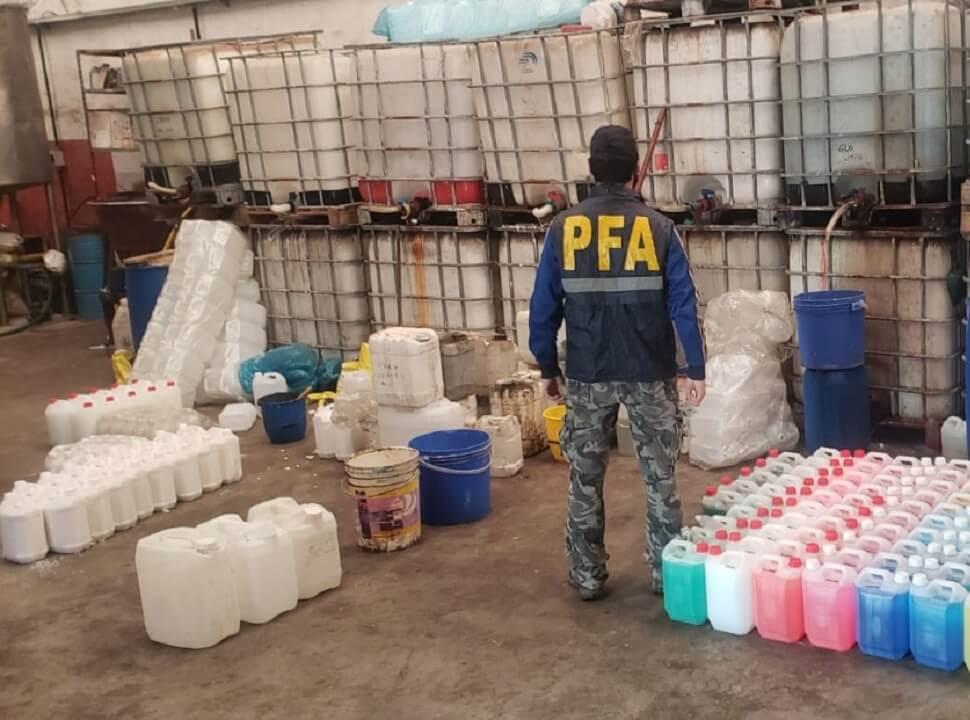 Mega procedimiento en el oeste: detienen a seis personas y secuestran toneladas de alcohol en gel trucho
