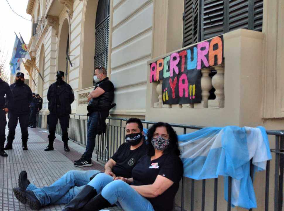 La Matanza: se encadenaron frente al municipio porque no habilitan la apertura de los bares