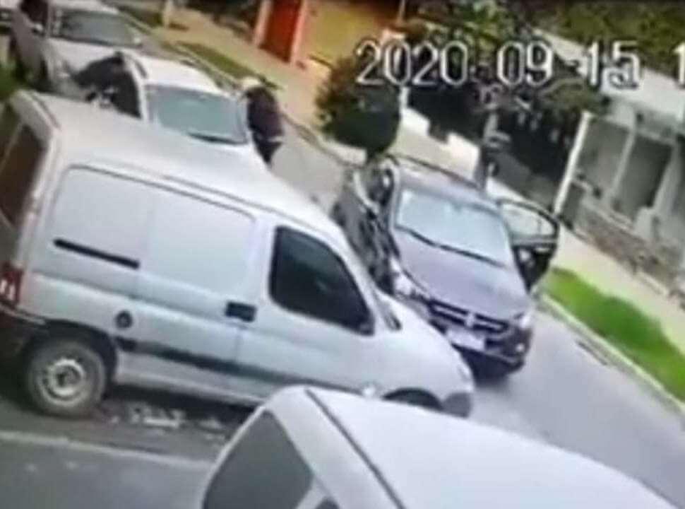 VIDEO | Violento asalto en Ciudadela: a punta de ametralladora le roban el auto a una familia