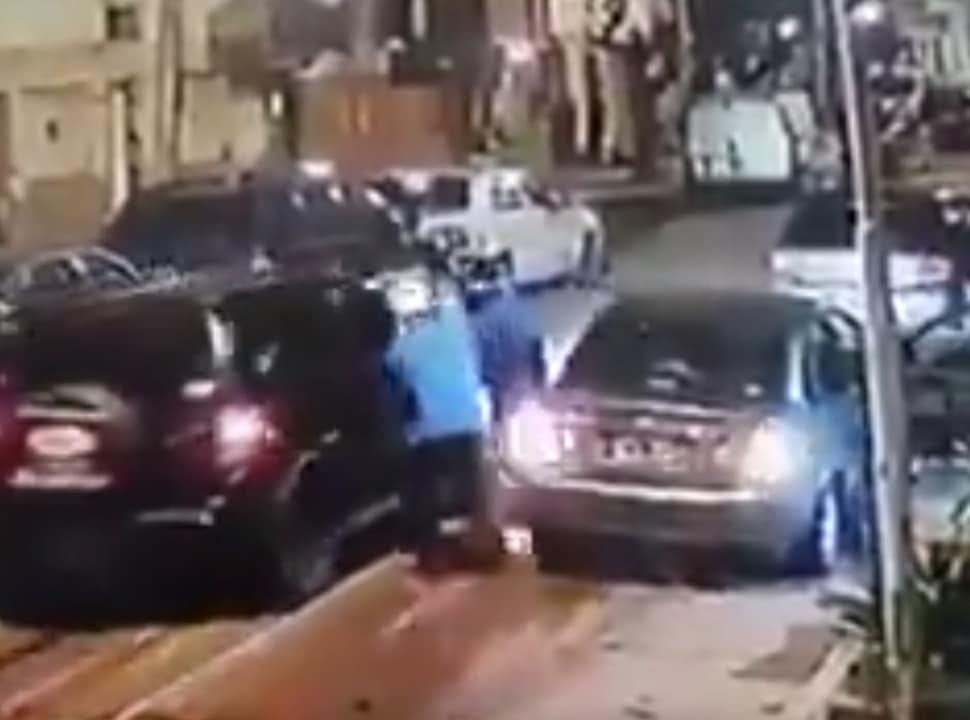 VIDEO | Villa Celina: delincuentes armados robaron dos autos al mismo tiempo