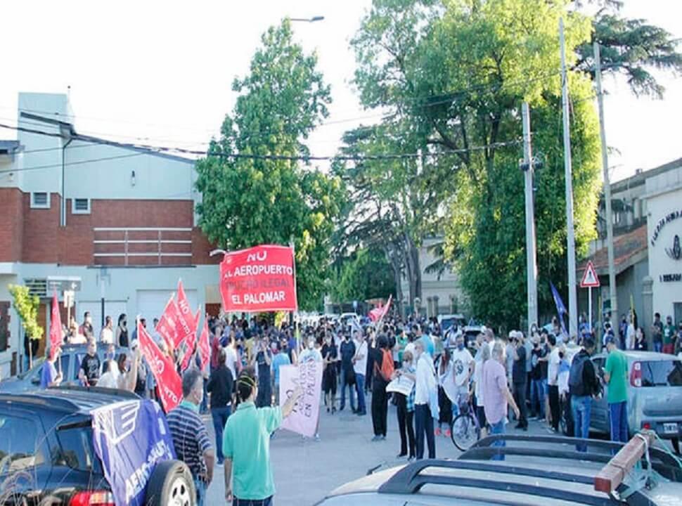 Aeropuerto El Palomar: marcha atrás del Gobierno, furia de Flybondi y caravana contra la reapertura