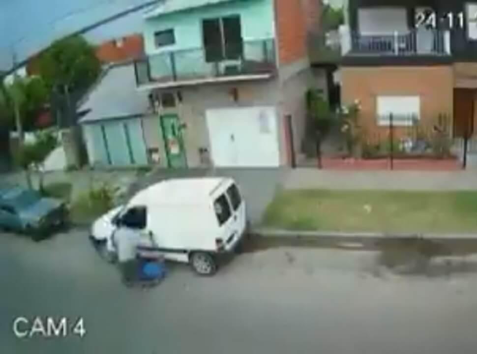 VIDEO | Le dieron un fierrazo a un hombre para robarle la camioneta en Isidro Casanova