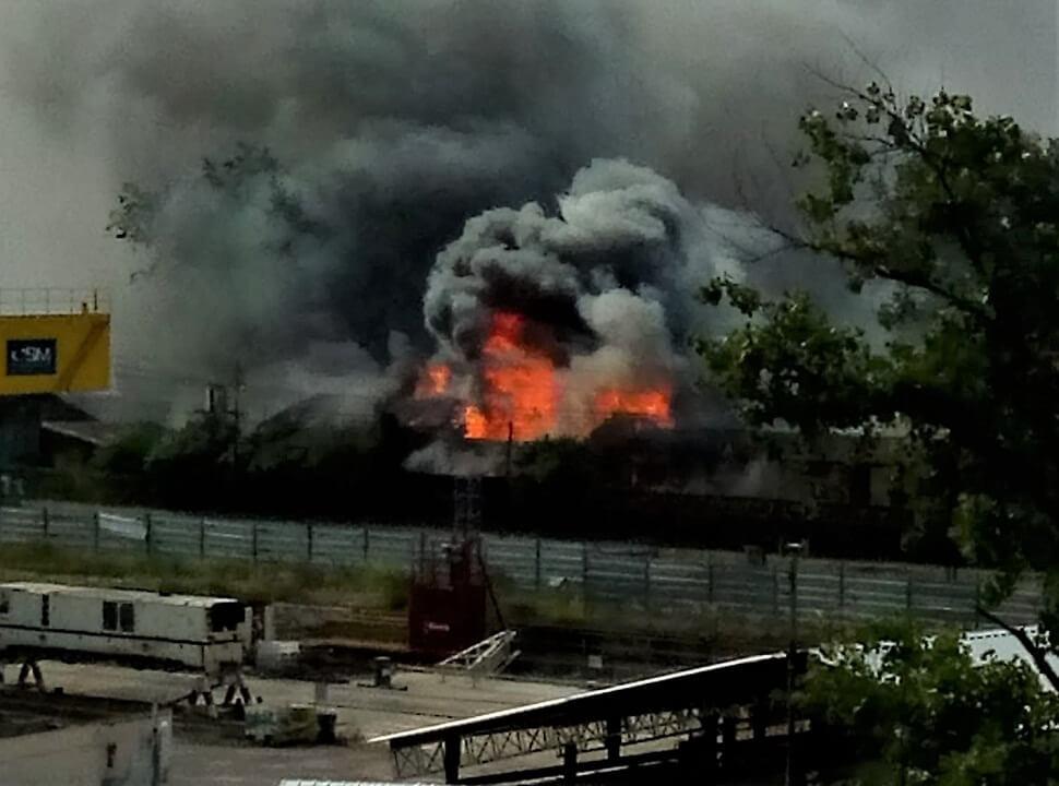 Temor de vecinos y pasajeros por un incendio en uno de los talleres del tren Sarmiento en Haedo