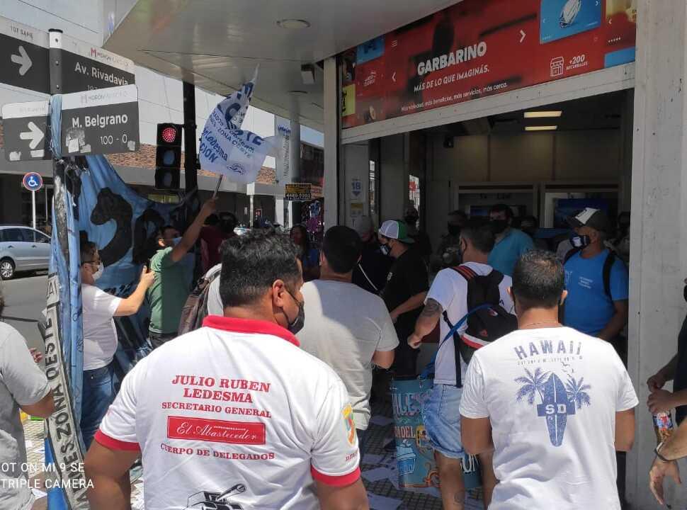 Tras un paro y movilización,  los empleados de Garbarino en Morón, Merlo y Laferrere tendrán un bono de $9.000