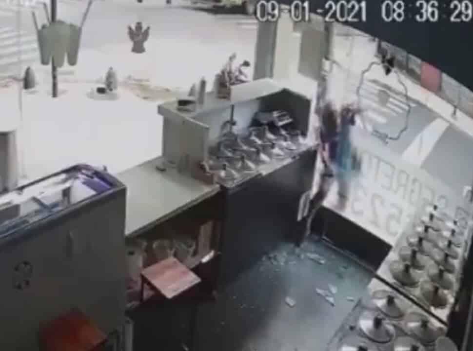 VIDEO | San Martín: rompió el vidrio a mazazos y robó plata de una heladería