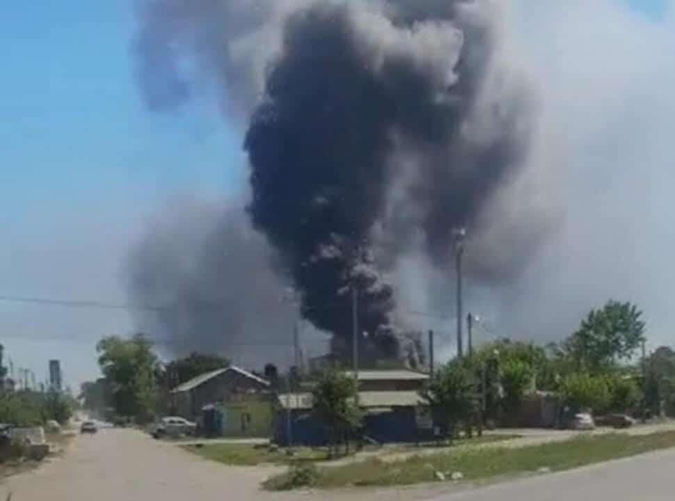 Feroz incendio en dos fábricas, en el límite de Merlo y La Matanza