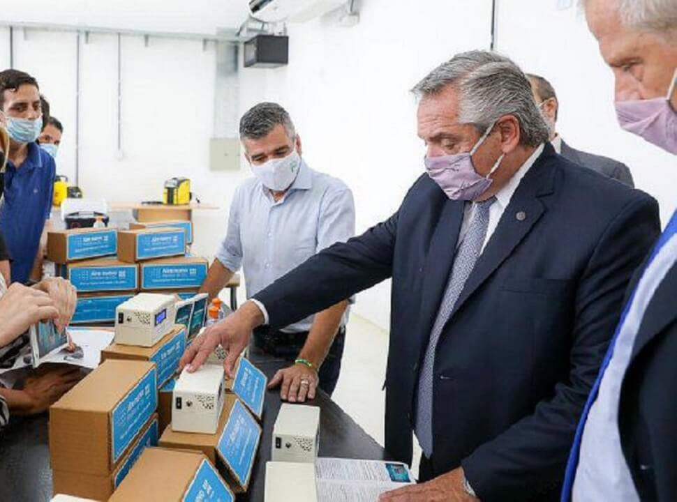 Alberto Fernández en UNaHur: impulsó los medidores de CO2 que ensambla la universidad para los colegios