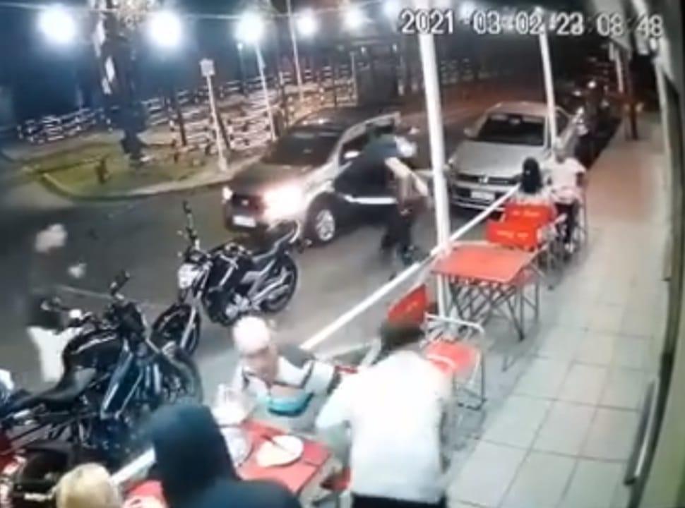 VIDEO | Villa Madero: asaltan a clientes y empleados de una pizzería frente a Estación Fournier