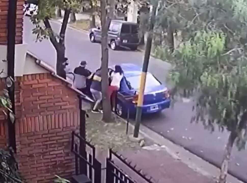 VIDEO | Ituzaingó: delincuentes le roban a una vecina el auto con su hijo adentro, pero forcejeó y logró salvarlo