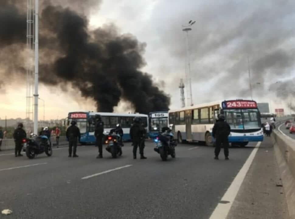 Choferes de colectivos cortan el tránsito sobre el Acceso Oeste en Moreno en reclamo de salarios dignos y vacunas