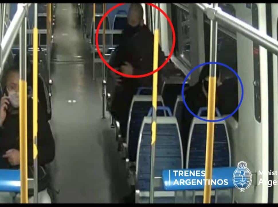 VIDEO | Detienen a un pasajero del Tren Sarmiento luego de acosar a una mujer y ser captado por las cámaras