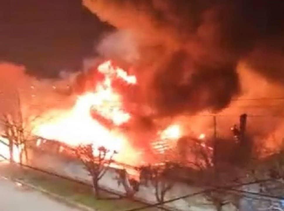 VIDEO | Incendio voraz en el depósito de una textil, en Morón sur