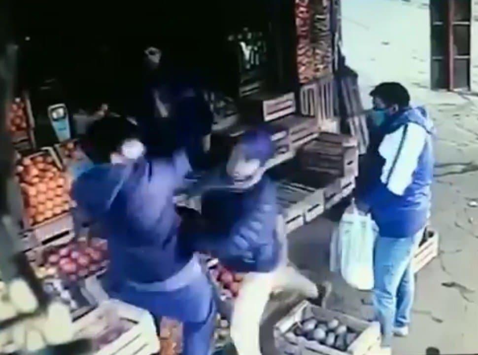 VIDEO | Brutal pelea en una verdulería de Merlo: querían llevarse mercadería sin pagar