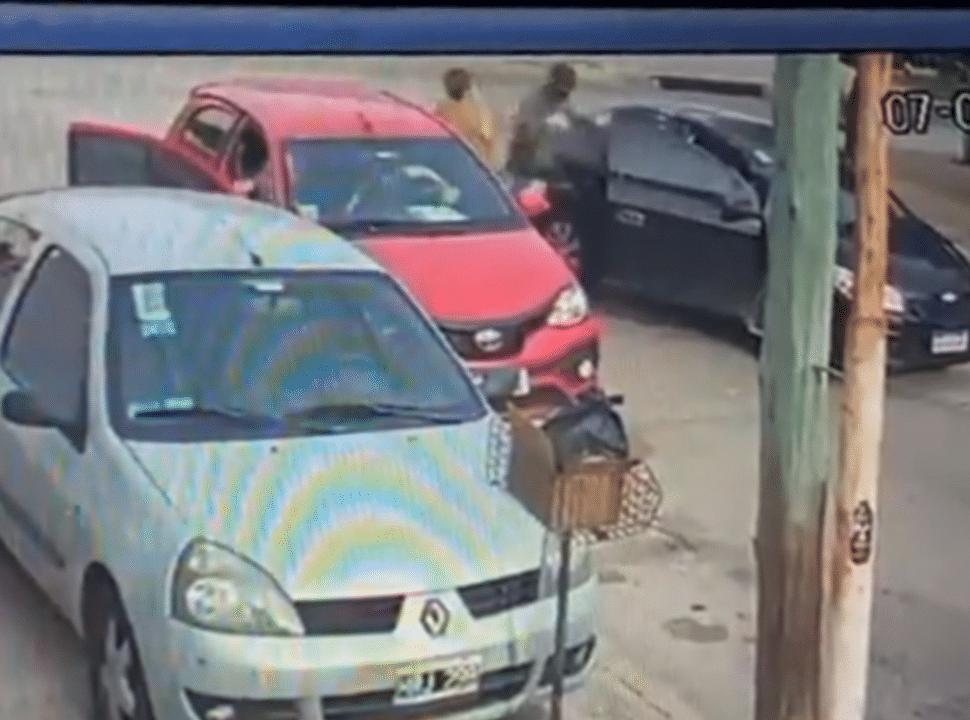 VIDEO | Violento robo en Villa Madero: tres delincuentes le robaron el auto a una mujer que había ido a buscar a su mamá