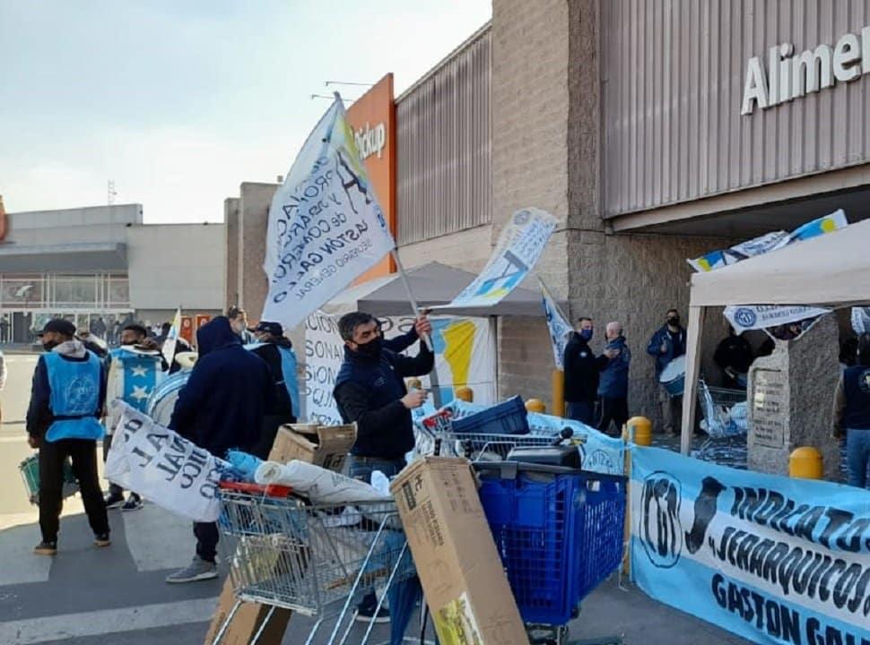 Ante una fuerte presencia policial, trabajadores de la ex Walmart San Justo reclaman mejoras salariales