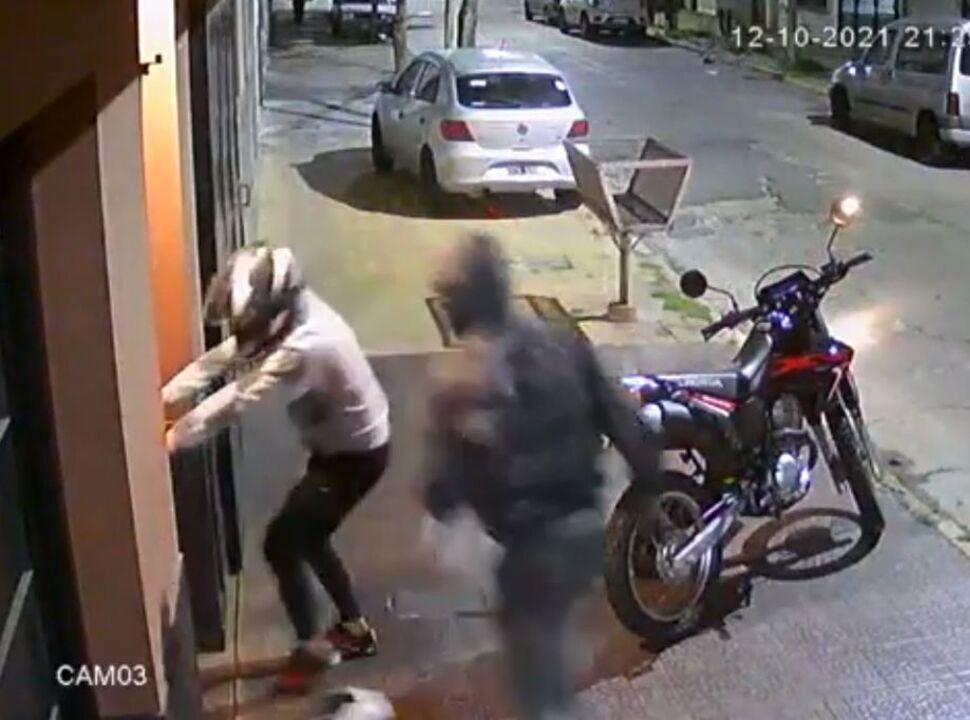 VIDEO | Caseros: matan de dos balazos en el pecho a un policía para robarle la moto