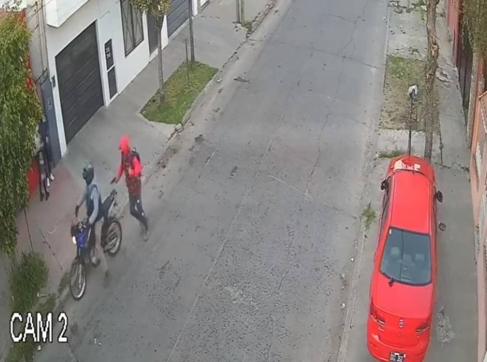 VIDEO | Indignante robo en Isidro Casanova: está embarazada, iba al médico y le apuntaron para sacarle el celular